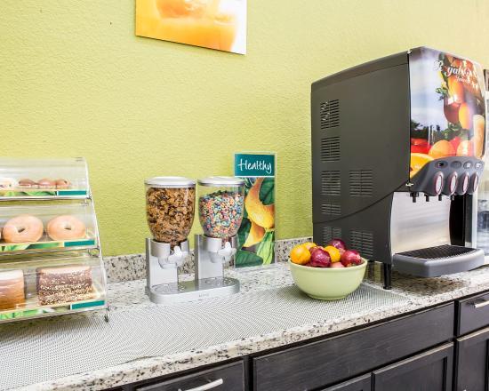 Quality Inn & Suites West Waterpark: Breakfast