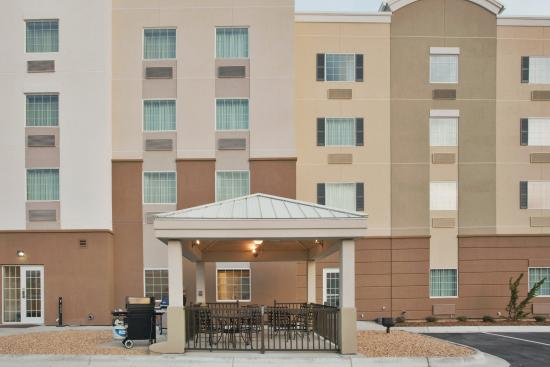 Candlewood Suites Fayetteville: Gazebo with grilling area