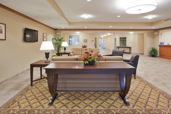 Candlewood Suites Fayetteville: Entrance/Lobby