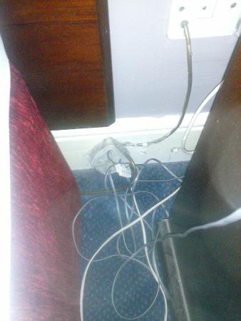 Charleville Lodge: cables detrás de la mesilla de noche