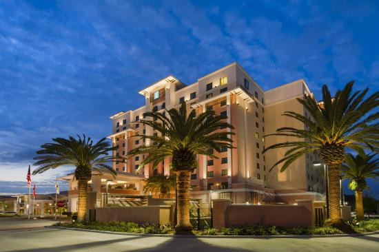 Embassy Suites by Hilton Orlando Lake Buena Vista South: Exterior of the Hotel at Night