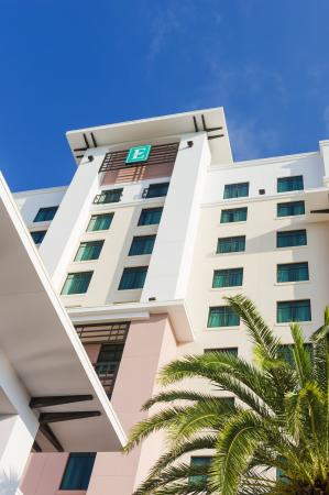 Embassy Suites by Hilton Orlando Lake Buena Vista South: Exterior of Hotel Tower Sign