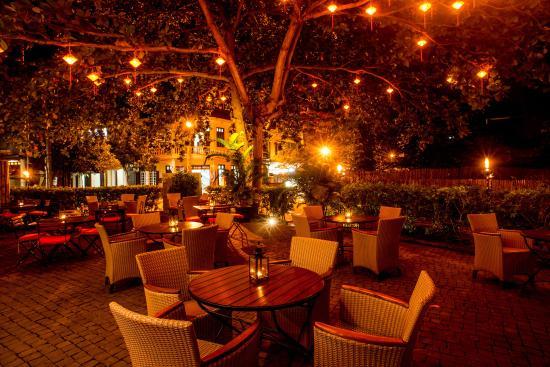 Anantara Hoi An Resort: O'malleys Irish Pub Hoi An Courtyard