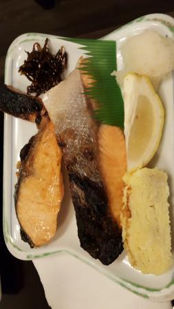 Yoshitsune Restaurant: 鮭の切り身がふたつも。