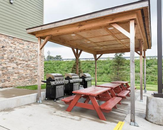 Suburban Extended Stay Hotel Triadelphia: Barbecue area