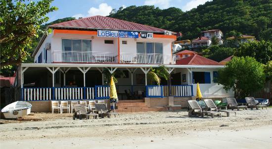 LoBleu Hotel: La devanture de l'hôtel côté plage avec vue sur la baie des Saintes