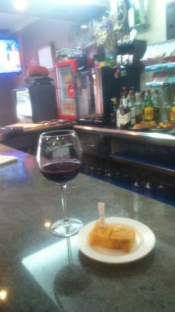 Lavacolla, Ισπανία: Vino y tapa d tortilla