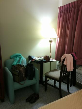 Boischatel, Kanada: Chair and small table with phone