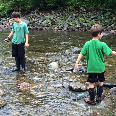 Twin River Campground and Cottages : playing in the river
