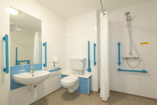 Travelodge Windsor Central Hotel: Accessible bathroom