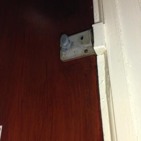 Monopole Hotel: porta della camera