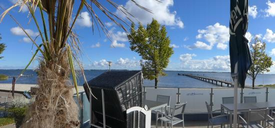 Strandhotel Dranske: Blick von der Restaurantterrasse auf die Seebrücke