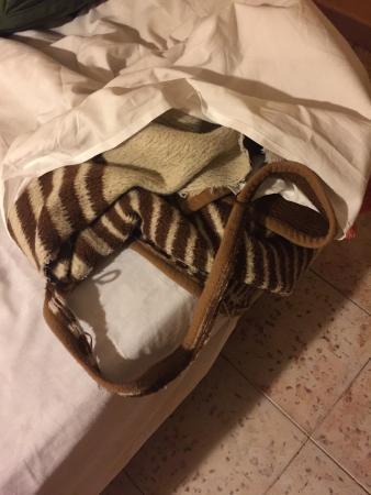 Hostal Cordoba: Ropa cama rota
