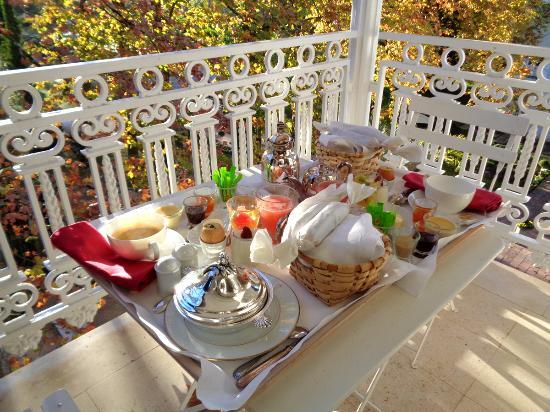 le petit-déjeuner servi sur le balcon