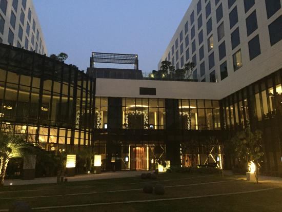 Pullman New Delhi Aerocity Innenhof Des Hotels
