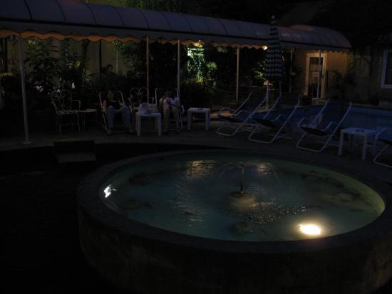Croce di Malta Hotel: Прохладный садик у фонтана.