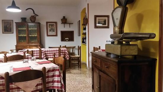 Acqualoreto, Itália: Trattoria Storica Con Pizzeria Da Pisello