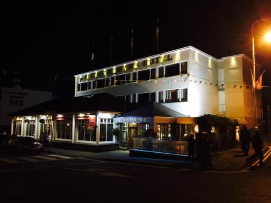 Alcock & Brown Hotel: View of Hotel Nighttime