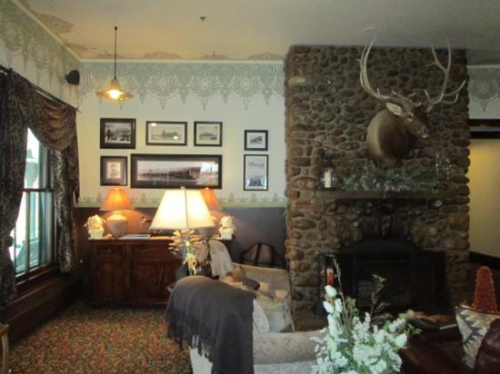 The Historic Sheridan Inn: Historic photos and fireplace in the lobby
