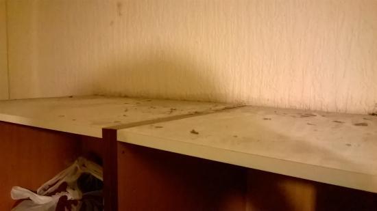 St. Enoch Hotel: Dust on top of the wardrobe.