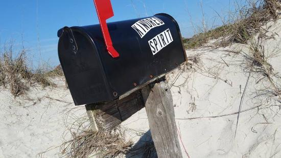 Sunset Beach, NC: I love the Kindred Spirit mailbox. Worth the walk on this beautiful, pristine beach.