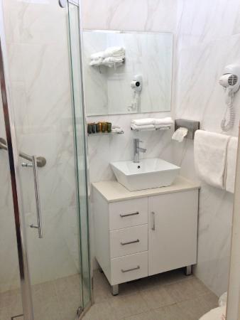 Motel 617: Bathroom