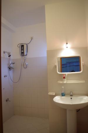 Nisala Guest House : baño, sencillo pero muy limpio