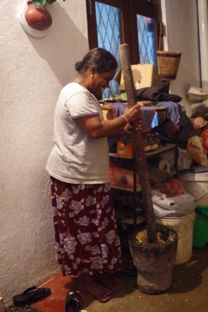 Nisala Guest House : La dueña cocinando