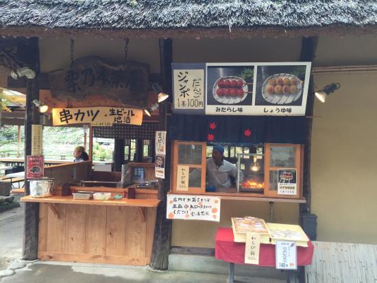Kurinoki Cafe: 団子売り場。ジャンボ団子1本 100円はお値打ちです。