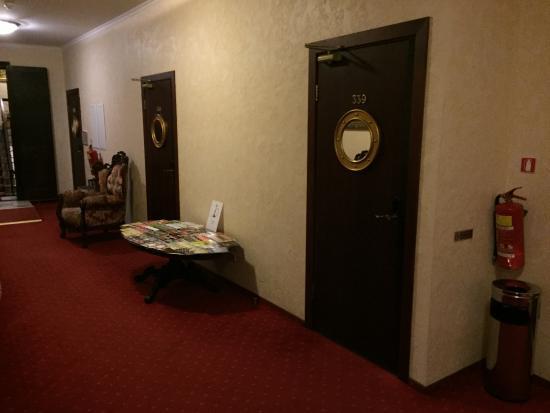 Hotel Monte Kristo : Pasillo del piso con sus entradas a las habitaciones