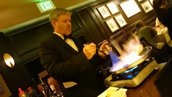 Hy's Steak House - Waikiki: テーブル脇でフランベしてくれます