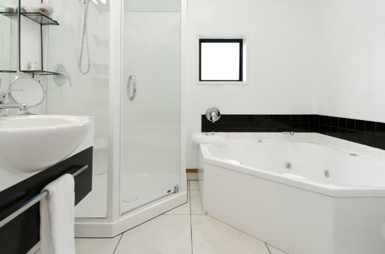 Palms Nelson: 1 and 2 Bedroom Apartment Bathroom