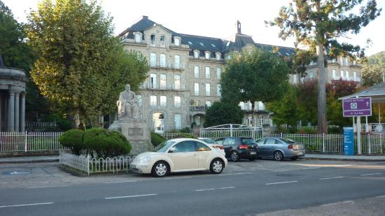 Balneario de Mondariz: Edificio de apartamentos y zona de la fuente