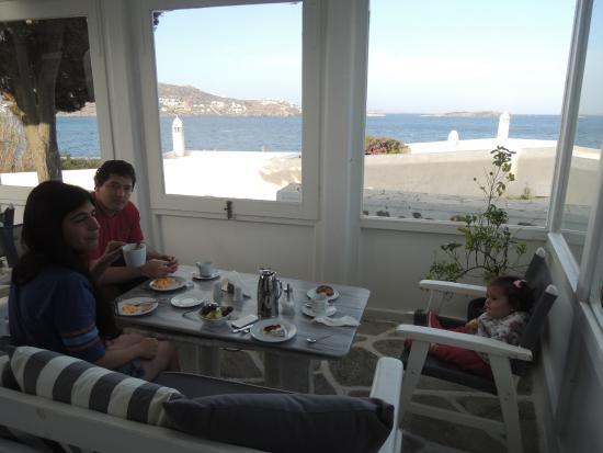 Adonis Hotel: el desyuno con hermosa vista en la planta baja