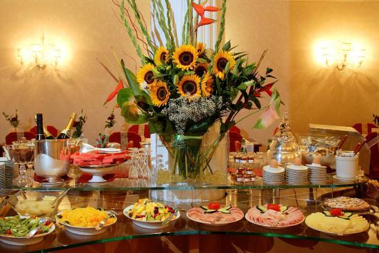 Hotel de La Ville : Buffet Breakfast
