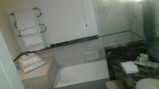 Vasca Da Bagno Napoli : Vasca da bagno con accappatoi foto di grand hotel vesuvio