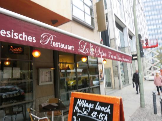 Offene Küche mit prall gefüllter Kühltheke - Picture of Restaurant ...