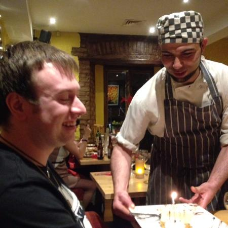 Drogheda, Ierland: Adel presenting David with his birthday cheesecake