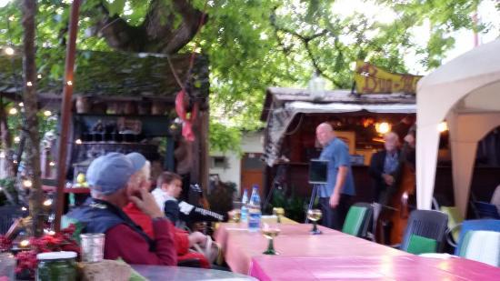 Walluf, Tyskland: Live-Band im Hof