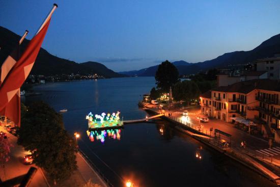 Hotel Ristorante Croce Bianca: Vue de la chambre en soirée