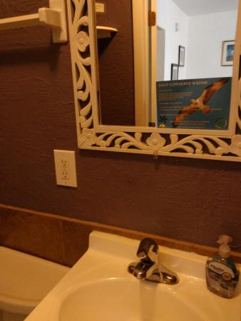 Low-Key Hideaway: Environmental towel notice on mirror!