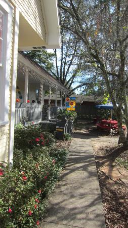 East Shore Cafe: Front walkway