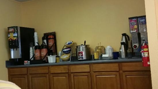 Days Inn Deming: Free Breakfast  Bar, eggs, saisage, bacon, toast, waffles, cereal, oatmeal, yogurt.