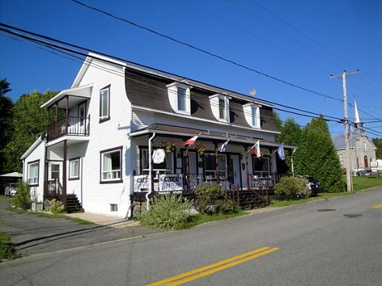 Aux Traditions : The front of the B&B