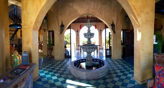 Villa Santa Cruz: Fountain near entry when Owen lives.