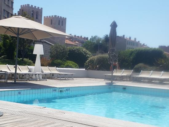 Radisson Blu Hotel, Marseille Vieux Port : La Piscine Avec Vue Sur Lu0027eglise Beau