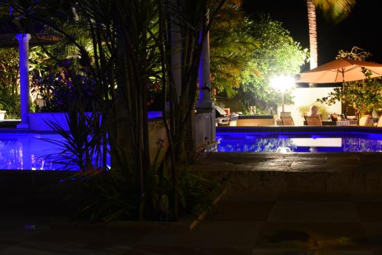 Blue Boy Inn: Pool bei Nacht