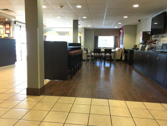 Microtel Inn & Suites by Wyndham Tuscaloosa Near University: Lobby & Dining
