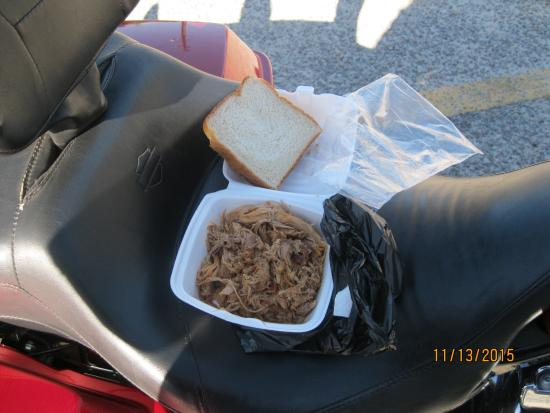 Hemingway, Carolina del Sud: Half pound of pulled pork, sauce with a bite and white bread...The BBQ Sandwich.
