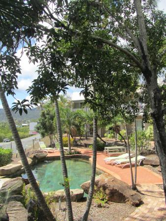 The garden picture of colonial palms motor inn airlie for Colonial palms motor inn
